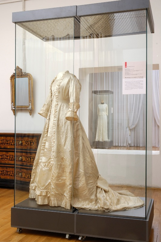 How to Conserve a Wedding Dress by the Museum of Applied Art ...