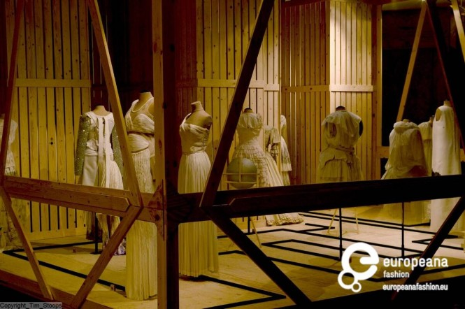 The exhibition 'Malign Museus. When Fashion Turns Back' at MoMu - Fashion Museum of the Province of Antwerp, photo by Tim Stoops, 2004. Courtesy MoMu - Modemuseum Provincie Antwerpen, all rights reserved.