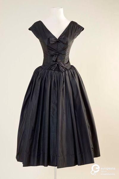 Dress by Hubert de Givenchy, 1950 ca., Courtesy MUDE - Museu Do Design E Da Moda, Colecção Francisco Capelo, All Rights Reserved