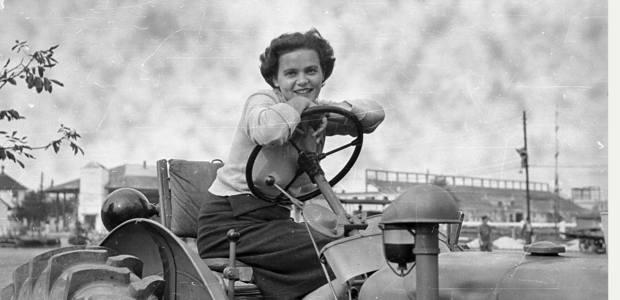Девушка на тракторе, Венгрия, 1956. Фотограф Шандор Бауэр